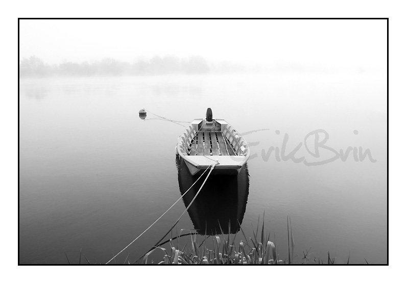 Une barque sur la Loire dans le brouillard, photos de la Loire en noir & blanc par Erik Brin, photographe de Loire
