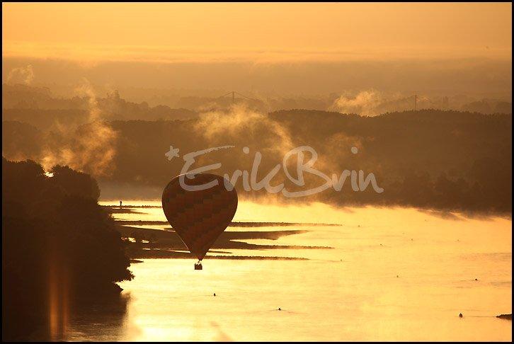 Photo d'une montgolfière au-dessus de la Loire au lever du soleil prés de Champtoceaux