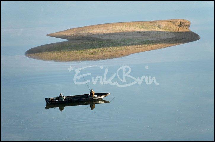 Photos d'un pêcheur en barque sur la Loire au lever du soleil entre Nantes et Ancenis
