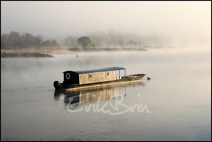 Toue cabanée sur les bords de Loire. La Loire dans la brume. Bâteau en bois, marine de Loire